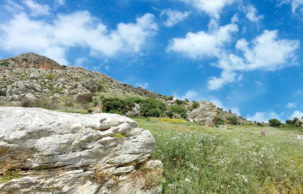 Het heuvelachtige landschap in de buurt van Scopello