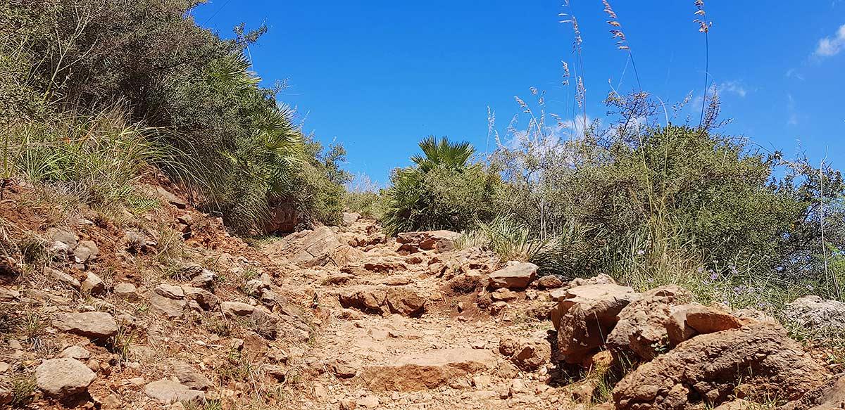 Veel delen van de route zijn rotspaden met veel losse stenen.