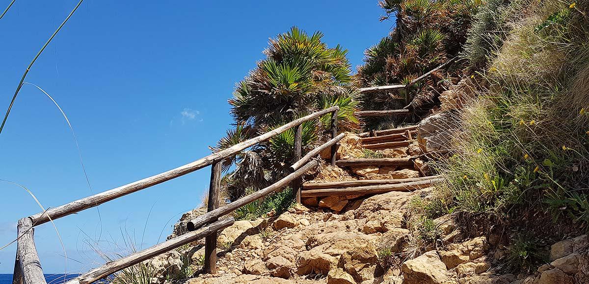 We continue our walk towards Cala Berretta