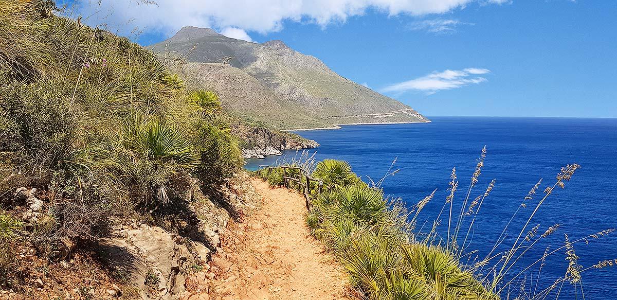 The coastal path to the next bays
